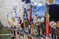 Le spade in una fiera medievale hanno tenuto nel banco di mostra della spada Fotografia Stock
