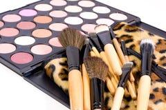 Le spazzole con un caso del leopardo e gli ombretti per compongono Fotografia Stock Libera da Diritti