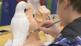 Le spazzole di pittura del bambino sull'argilla calcolano all'aperto archivi video