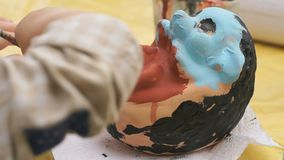 Le spazzole di pittura del bambino sull'argilla calcolano all'aperto video d archivio