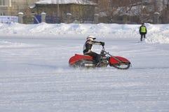 Le speed-way de l'hiver la piste glaciale, le gestionnaire tourne Photographie stock libre de droits