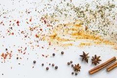 Le spezie e le erbe aromatiche secche hanno sparso su grey Fotografie Stock Libere da Diritti