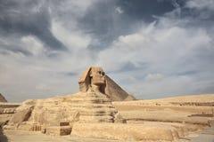 Le sphinx à Gizeh et pyramide Photo libre de droits