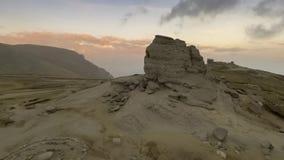 Le sphinx de Bucegi, au coucher du soleil banque de vidéos