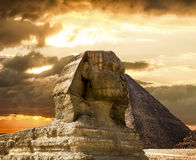 Le sphinx et la pyramide de Cheops à Gizeh Egipt au coucher du soleil Photos stock