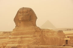 Le sphinx et la pyramide de Khafre dans une tempête de sable, le Caire Images libres de droits