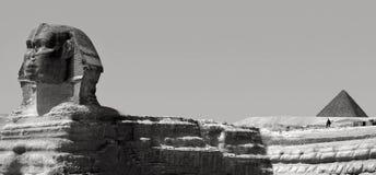 Le sphinx et la pyramide de Menkaure à Gizeh, Egypte Photographie stock libre de droits