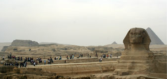 Le sphinx et les grandes pyramides du plateau de Gizeh au crépuscule Photo stock