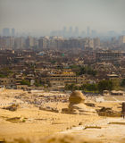 Le sphinx regarde sur la ville du Caire Photos stock