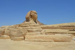 Le sphinx se tient fier devant la grande pyramide, le Caire, Egypte Photos libres de droits