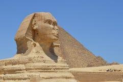 Le sphinx se tient fier devant la grande pyramide, le Caire, Egypte Photos stock