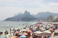 Le spiagge di Rio de Janeiro sono ammucchiate la vigilia del carnevale immagini stock