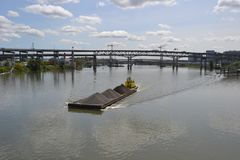 Le spinte gialle del rimorchiatore barge dentro Portland, Oregon Immagine Stock Libera da Diritti
