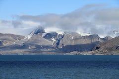 Le Spitzberg : Montagne dans Kungsfjorden Photo stock