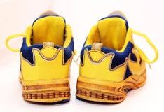 Le sport de bébé chausse des paires, couleur jaune Photo libre de droits