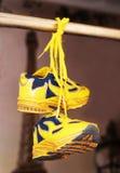 Le sport de bébé chausse des paires, couleur jaune Image stock