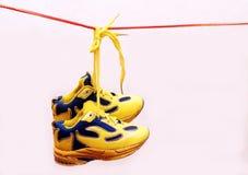 Le sport de bébé chausse des paires, couleur jaune Photographie stock libre de droits