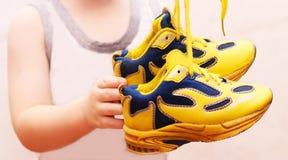 Le sport de bébé chausse des paires, couleur jaune Image libre de droits