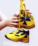 Le sport de bébé chausse des paires, couleur jaune Photos stock