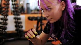 Le sport femelle de puissance déterminé recueillent la force banque de vidéos