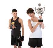 Le sportif et la femme ont gagné un trophée Image stock