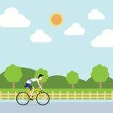 Le sportif monte la bicyclette pour cultiver Image libre de droits