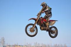 Le sportif sur la moto vole par l'air Images libres de droits