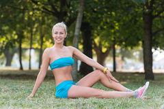 Le sportkvinnan i parkera fotografering för bildbyråer