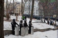Le squadre della polizia si nascondono nel parco ed aspettano l'ordine a attackon sulla via d'occupazione della neve durante il tu Immagini Stock Libere da Diritti