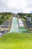Le squadre della riparazione stanno preparando per la concorrenza di salto con i sci dell'estate il 27 giugno 2016 a Lillehammer, Fotografie Stock