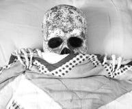Le squelette jette un coup d'oeil à l'extérieur image stock