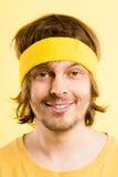Bakgrund för guling för definition för kick för rolig manstående verkligt folk arkivfoto