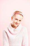 Definition för kick för rolig bakgrund för kvinnastående rosa verkligt folk royaltyfri fotografi