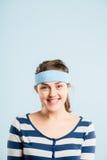 Bakgrund för blått för definition för kick för rolig kvinnastående verkligt folk arkivbilder