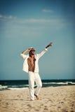 Le ståenden av mannen på stranden Fotografering för Bildbyråer