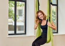 Le ståenden för kvinnaanti--gravitation den flyg- yoga arkivbilder
