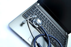 Le stéthoscope et l'ordinateur portatif du docteur Photo libre de droits