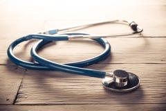 Le stéthoscope médical s'est nettement allumé sur une table en bois photos libres de droits