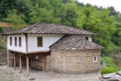 Le St Epiphan d'église avec la vieille école dans Etara, Bulgarie Image libre de droits