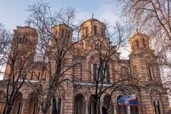 Le St marque l'église derrière les arbres Images stock