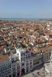 Le St marque la tour d'horloge et Venise carrées, Italie Église, architecture photographie stock libre de droits