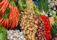 Le stalle del mercato sono piene delle verdure Immagini Stock