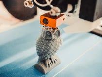 Le stampe della stampante 3D di HD 1080, crea, versando, ingialliscono una figura, forma di plastica, primo piano Fotografia Stock
