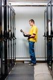 Le stand d'ingénieur dans le datacenter Images stock
