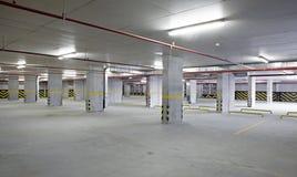 Le stationnement d'intérieur de voiture est vide photo stock