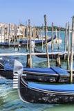 Le stationnement de gondole à Venise - en Italie Photographie stock libre de droits
