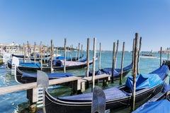 Le stationnement de gondole à Venise - en Italie Photos stock