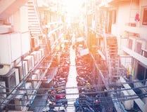 Le stationnement de moto dans l'étroit a encombré la route entre le bâtiment photographie stock libre de droits