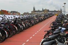 Le stationnement de vélo à Amsterdam Photos stock