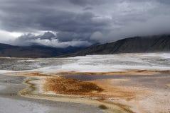 le stationnement gigantesque jaillit les Etats-Unis thermiques yellowstone Photo libre de droits